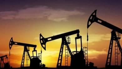 Photo of بلومبرج: النفط يعاني من اضطراب الإمدادات وضعف الطلب العالمي