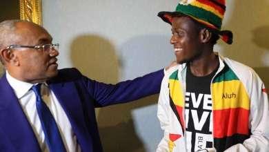"""Photo of رئيس """"كاف"""" يكرم مشجع وصل من زيمبابوي إلى القاهرة سيرًا على الأقدام"""