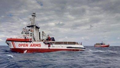 Photo of المهاجرون يغادرون سفينة الإنقاذ «أوبن آرمز»