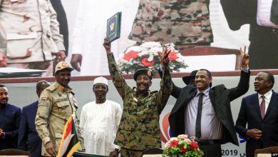 Photo of السودان يبدأ مرحلة جديدة وسط مخاوف من أطماع العسكر وخلافات المعارضة؟