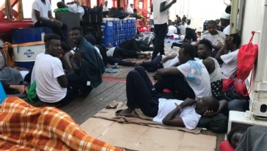 Photo of مالطا تسمح بنزول 356 مهاجرًا بعد بقائهم أسبوعين عالقين في البحر