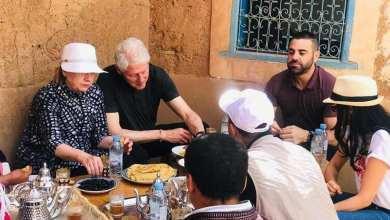 Photo of بيل وهيلاري كلينتون على مائدة إفطار عربية بالمغرب