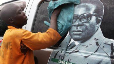 Photo of دفن رئيس زيمبابوي السابق روبرت موجابي في مسقط رأسه