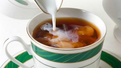 Photo of أخصائية تغذية تحذر من شرب الشاي مع العسل والحليب