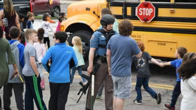 Photo of أم أمريكية تسلم ابنها للشرطة قبل ارتكابه مذبحة في مدرسة ثانوية
