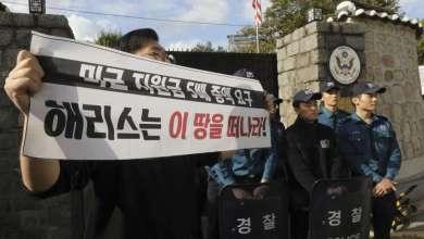 Photo of اعتقال 7 طلاب لاقتحامهم مقر إقامة السفير الأمريكي في كوريا الجنوبية