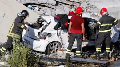 Photo of (بالفيديو) مشهد مرعب لسقوط سيارة من فوق جسر على المارة
