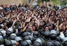 Photo of شرطة إيران تطلق غاز مسيل بعد ارتفاع عدد القتلى إلى 11 شخصًا