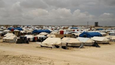 Photo of مباراة كرة قدم للأطفال السوريين وسط أوحال الطين بمخيم للنازحين