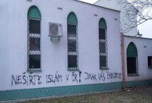 Photo of تهديدات بالقتل وعبارات مسيئة للإسلام على جدار مسجد في التشيك
