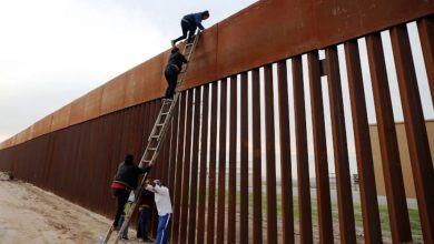 Photo of حيلة المهربين لعبور جدار ترامب: سلم بـ 5 دولارات يهزم جدار بالمليارات!
