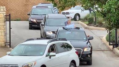 Photo of فيديو مؤثر..معلمون يفاجئون تلاميذهم المعزولين بعرض سيارات