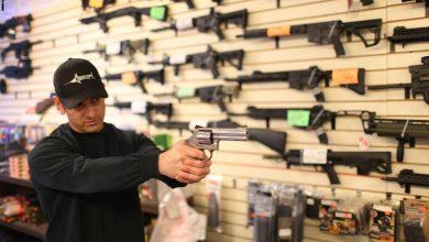 Photo of إقبال ملحوظ للأمريكيين على شراء الأسلحة وساندرز يحذر من أزمة جوع