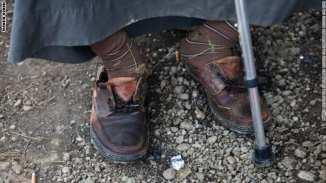 بالصور.. في صربيا كل حذاء يحكي قصة ما واجهه أحد آلاف اللاجئين