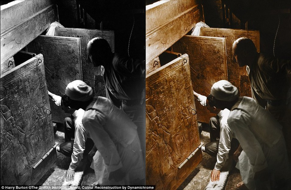 هوارد كارتر وعامل مصري يفتحون أبواب المقبرة و أول نظرة لهم على تابوت توت عنخ آمون