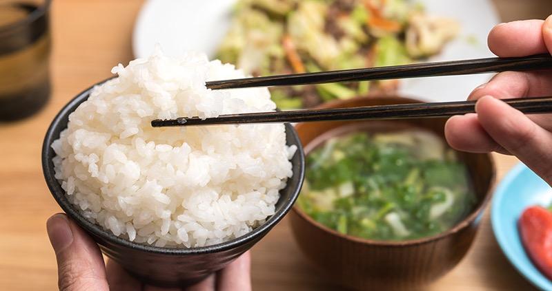 تناول الطعام الياباني بعيدان الطعام