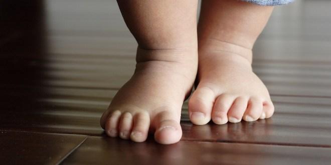 مقال - للمشي حافي القدمين فوائد لا تحصى!