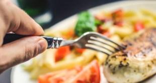 مقال - هل الاستغناء عن وجبة العشاء يقي من زيادة الوزن؟