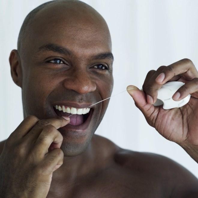 """تنظيف الأسنان بخيوط طبية مخصصة تعرف بـ""""floss"""