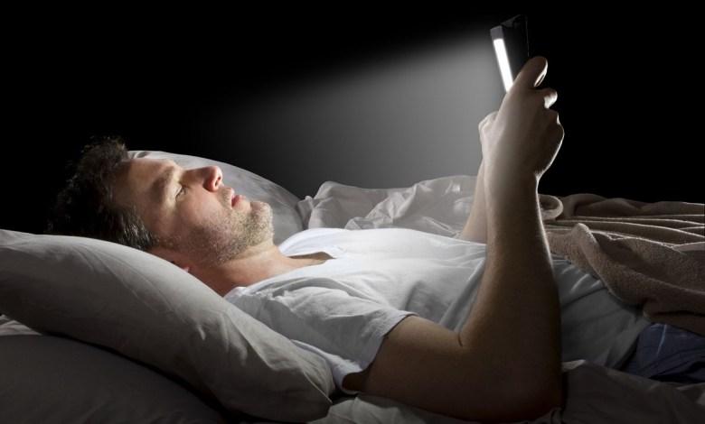مقال – ماذا يحدث لك عندما تتصفح هاتفك قبل النوم؟