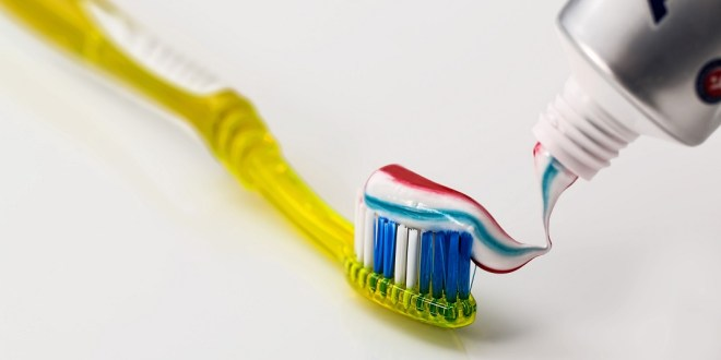مقال - أشهر 7 معلومات خاطئة عن تنظيف الأسنان