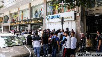 """صورة طوابير """"الدولار"""" تحاصر لبنان وتعيد الذكرى السيئة إلى الأذهان"""