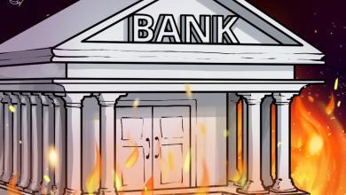 صورة البنك المركزي اللبناني يحترق بينما ينتصر المتظاهرون ضد الفشل المالي