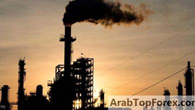 صورة النفط يهبط بعد خفض توقعات الطلب