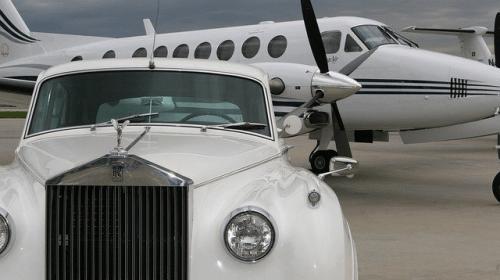 Rolls Royce junto a un avión privado. Foto: brn2flyjets