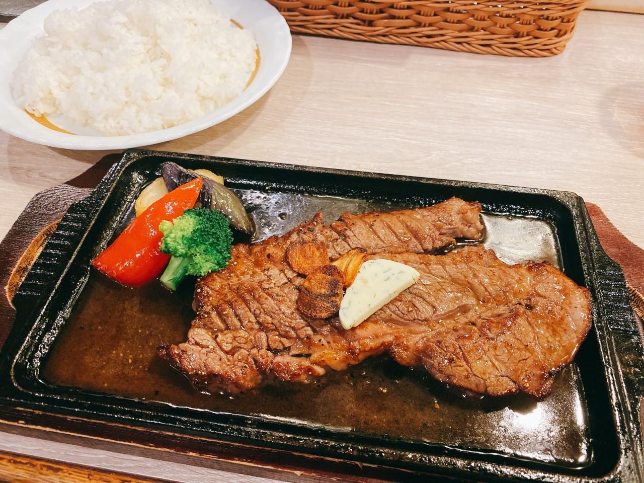 大きく肉々しいステーキ