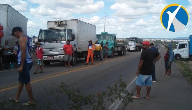 Caminhoneiros realizam protesto contra aumento no preço do diesel em Ouricuri