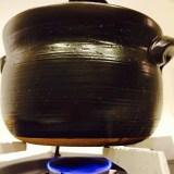 火の番人。弱火でコトコト。土鍋は世話が焼けるけど、炊けた米は美味い。