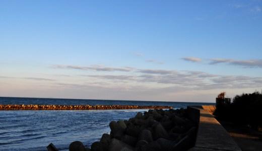 「淡路島」肌寒いけど、穏やかな朝の海。防波堤を歩く人。