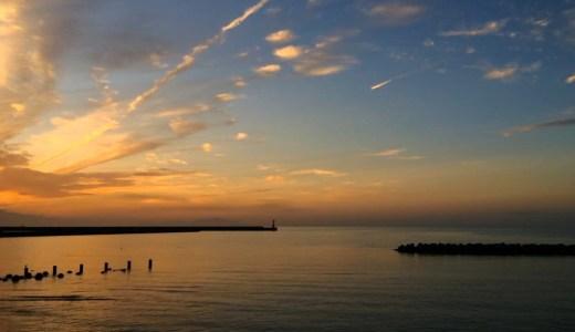 穏やかな水面、漁をする小さな船-淡路島の夕焼け