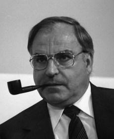 Helmut Kohl mustert die Hornbrilla aus und trägt jenes silberne Kassengestell, das zu seinem volksnahen Image beitrug.