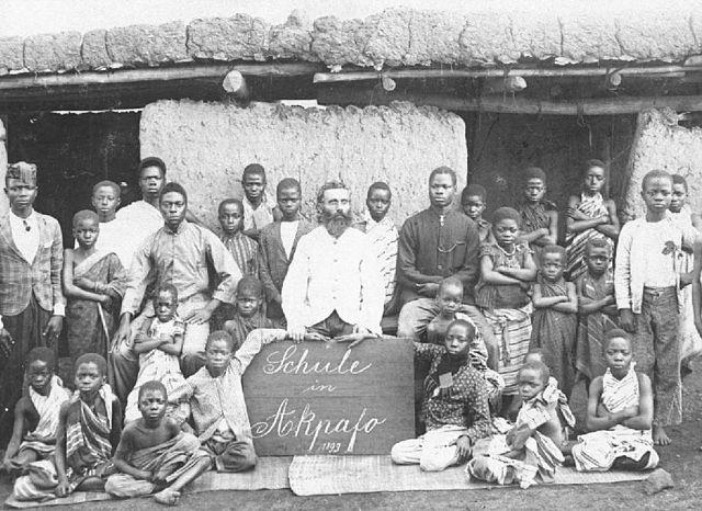 Das Weltbild des Clemens Tönnies stammt aus dem 19. Jahrhundert. Missionar in Schule im deutschen Togo, heute Ghana.