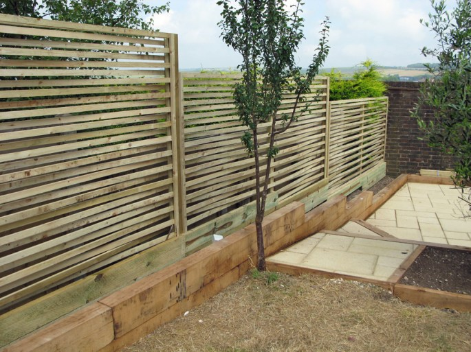 Weaved batten fencing forms a contemporary screen