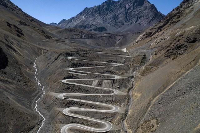 Vista area del Paso nternacional Los Libertadores en los Andes entre Chile y Argentina, una ruta habitualmente llena de autos y camiones.(AFP)