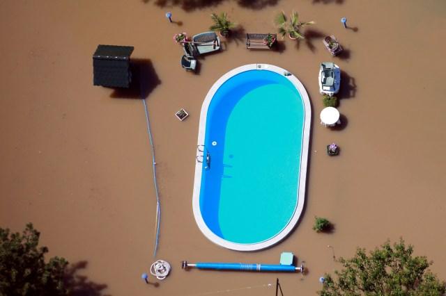 Un jardín con piscina es inundado por las aguas del río Elba durante las inundaciones cerca de Magdeburgo, en el estado federal de Sajonia Anhalt, Alemania, el 10 de junio de 2013 (REUTERS/Thomas Peter)