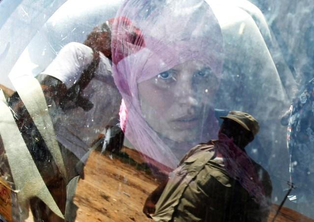 Una mujer es vista a través de la ventanilla de un coche mientras huye de la ciudad sitiada de Bani Walid, Libia, el 12 de septiembre de 2011 (REUTERS/Zohra Bensemra)