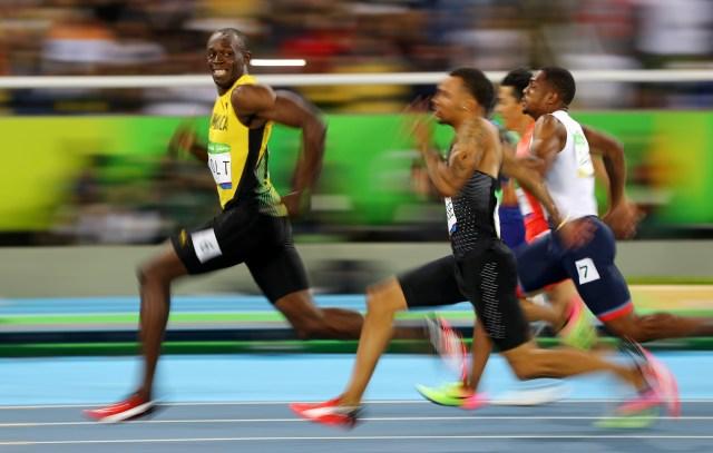 Usain Bolt (JAM) observa a André De Grasse (CAN) de Canadá mientras compiten en las Olimpiadas de Río 2016, Semifinales de 100 metros masculinos en el Estadio Olímpico de Río de Janeiro, Brasil, el 14 de agosto de 2016 (REUTERS/Kai Pfaffenbach)