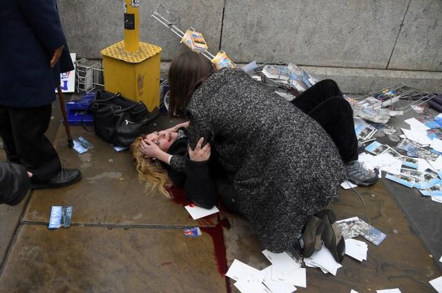 Una mujer yace herida después de un ataque en el Puente de Westminster en Londres, el 22 de marzo de 2017 (REUTERS/Toby Melville)