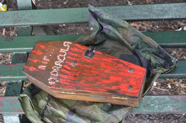 """Minisarg für Dracula-Grusel-Cache in """"Tarnhülle"""" in einem park in Dublin"""