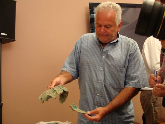 Kostadin Kisyov, Director of the Plovdiv Museum of Archaeology, showing finds from the Ancient Thracian mound near Brestovitsa known as Pamuk Mogila, back in 2013. Photo: Plovdiv24