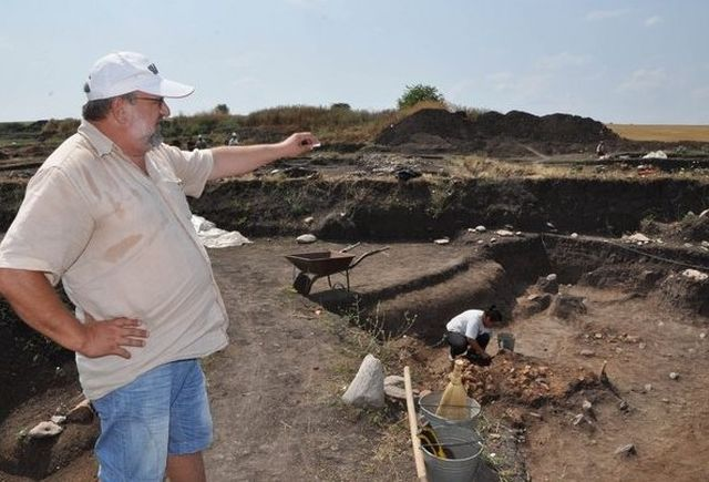 Assoc. Prof. Krasimir Leshtakov at the excavations of the Early Neolithic settlement in Bulgaria's Yabalkovo in 2011. Photo: Darik Haskovo