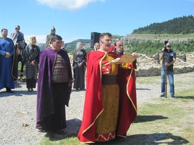 A historical reenactment performance in Bulgaria's Veliko Tarnovo welcomed the Azerbaijani delegation from the Heydar Aliyev Foundation in May 2015. Photo: 24 Chasa daily