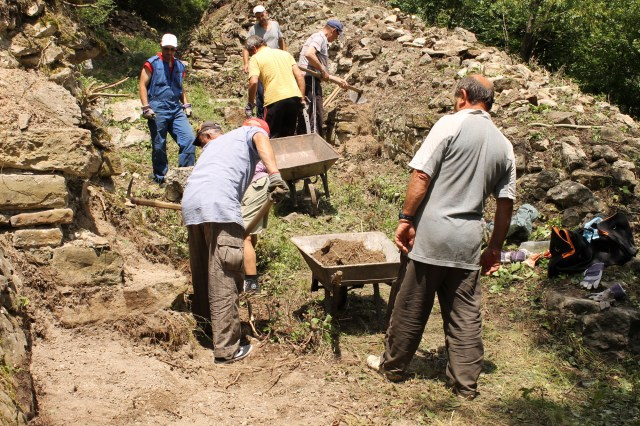 Archaeologists from the Veliko Tarnovo Regional Museum of History have started the first archaeological excavations of the ancient and medieval fortress Rahovets near Bulgaria's Gorna Oryahovitsa since 1991. Photo: Gorna Oryahovitsa Municipality