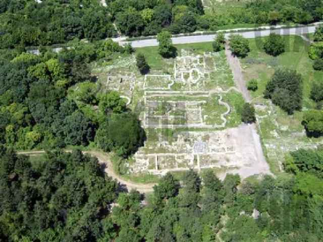 The ruins of the 2nd-3rd century AD principium (headquarters) and the 5th-6th century AD basilica and bishopric complex in the Ancient Roman city of Novae in Bulgaria's Svishtov before their archaeological restoration. A view from the south. Photo: Borba daily