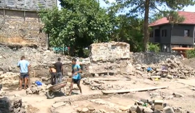 The plot of an old house in the Old Town of Bulgaria's Black Sea resort of Sozopol (the Ancient Greek colony of Apollonia Pontica) has been excavated for almost a month. Photo: TV grab from News7
