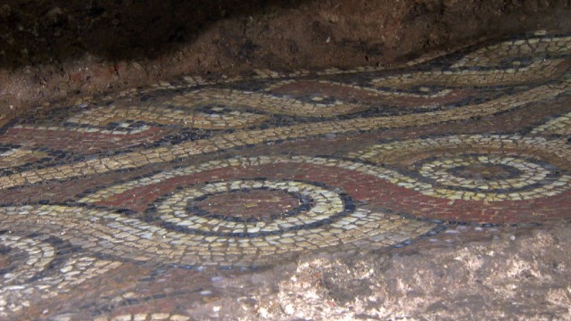 The frieze of a 4th century AD Roman floor mosaic from the ancient city of Serdica has been found by archaeologists excavating the downtown of the Bulgarian capital Sofia. Photo: bTV